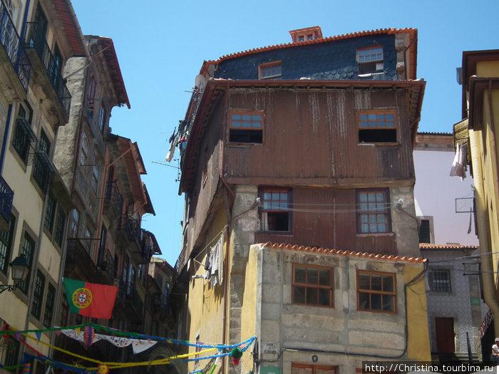Типичный фасад покинутых домов в Порту.