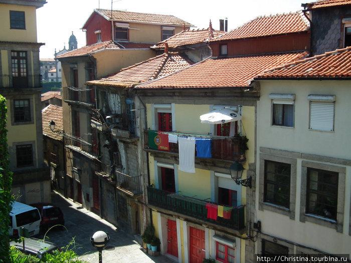 Флаг Португалии соседствует с бельем. Постирали, наверное :-))