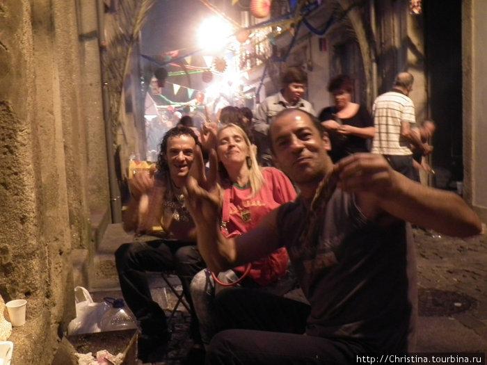 Местные жители за поеданием сардин и празднованием дня/ночи Св. Жуана.