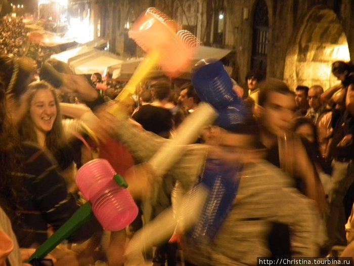 Вихрь постукивания молоточками в ночь Св. Жуана в Порту.