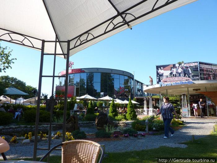 Рядом круглый ресторанный комплекс