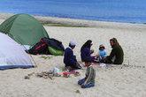 Палаточный городок на пляже озера, общение с детьми островитянами