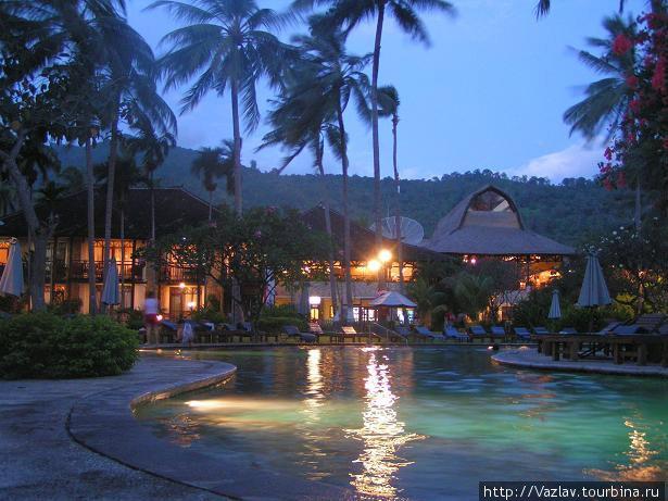 Главный корпус гостиницы со стороны бассейна