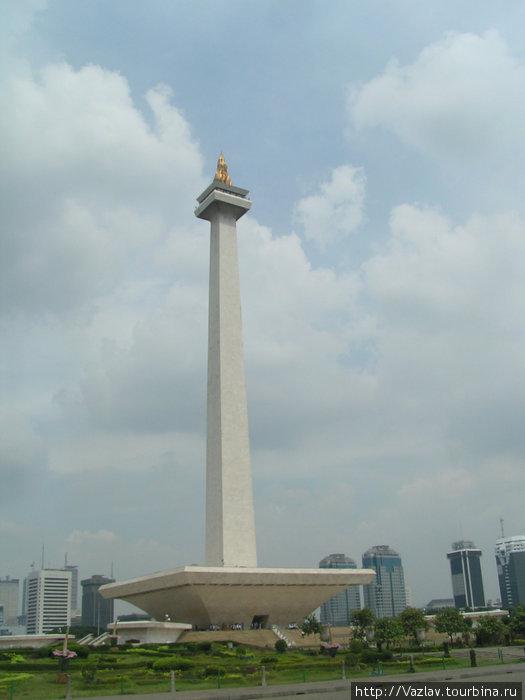 Монумент со стороны