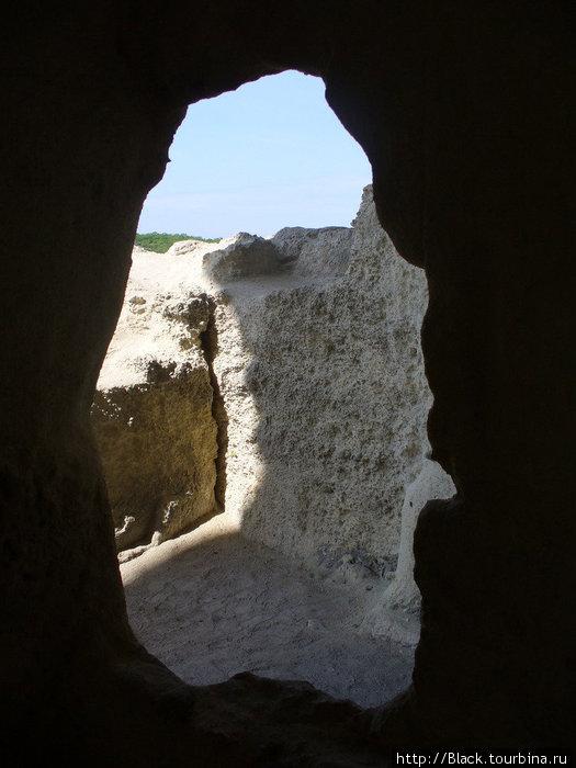 Перед воротами пещерного города уже интересно