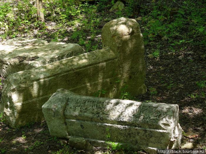 На мусульманском кладбище надгробья разбросаны весьма хаотично