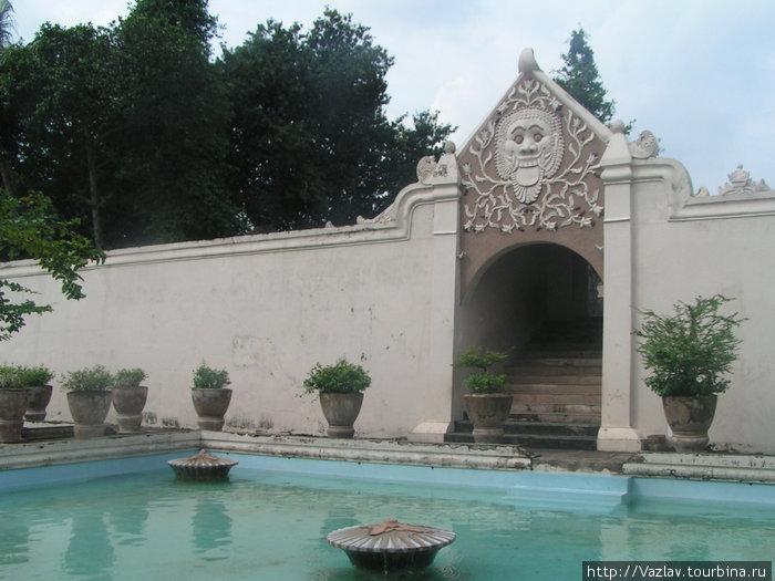 Один из бассейнов Водного дворца