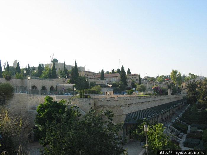 а слева первый квартал нового Иерусалима Мишкенот-Шаананим.