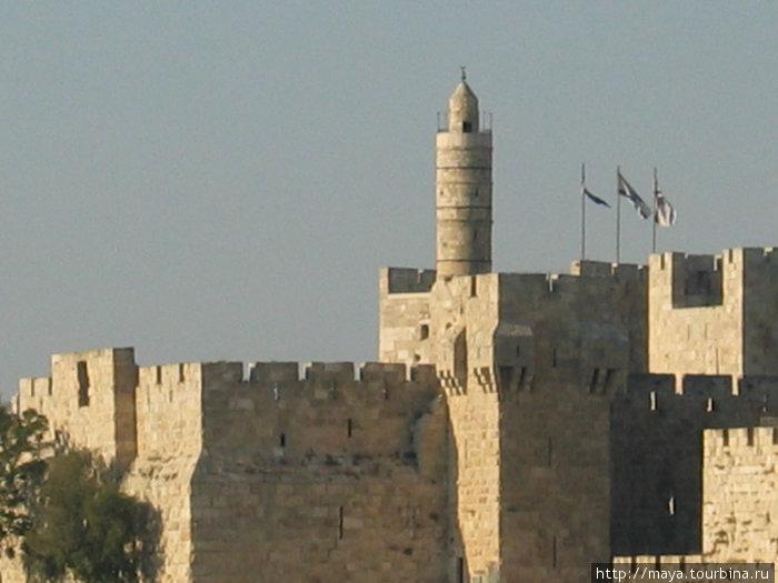впереди стена Старого города, а за ней поднимаются к небу башни, колокольни, минареты и черепичные крыши домов