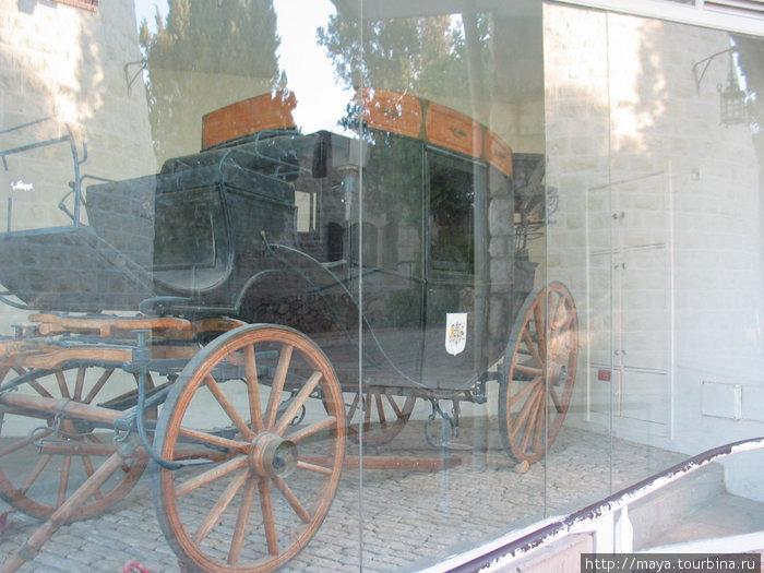 в павильоне рядом установлена его карета