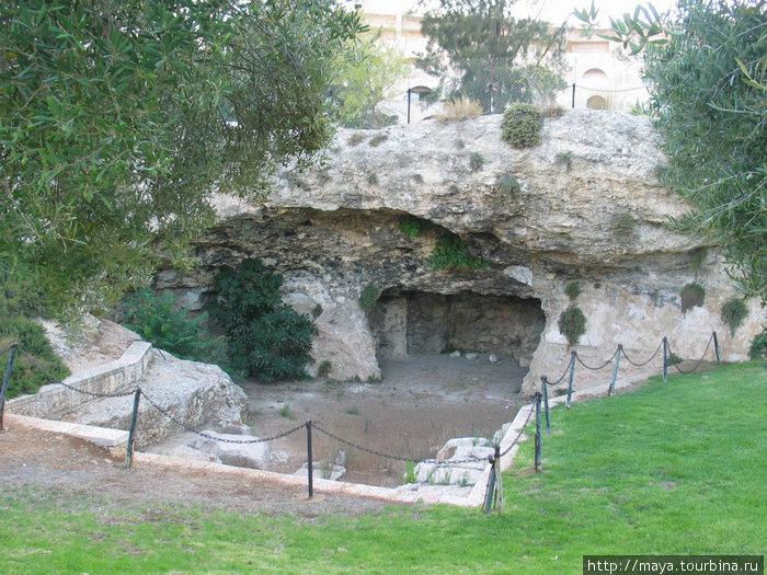 огороженное место раскопок (где-то здесь гробница Ирода)