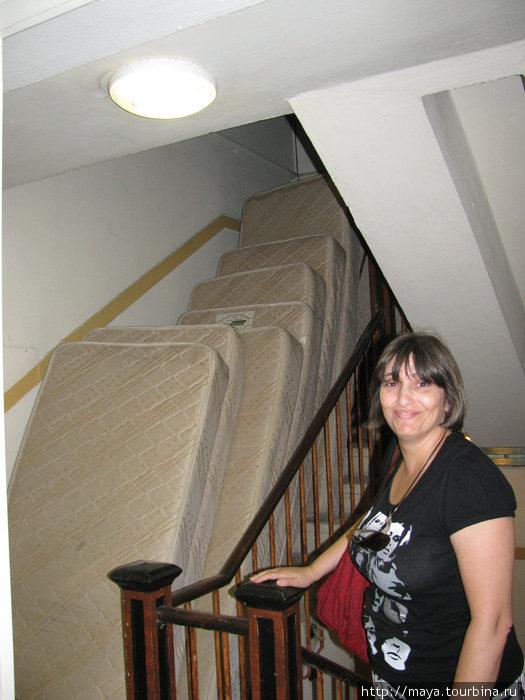 . Лестница используется под склад матрасов.