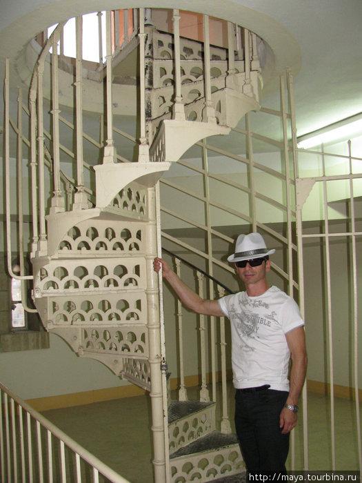 А там еще винтовая  лестница