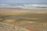 Около горы расположено солёное озеро Баскунчак, в котором добывают соль.