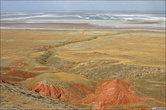 Внизу — так называемые красные скалы.