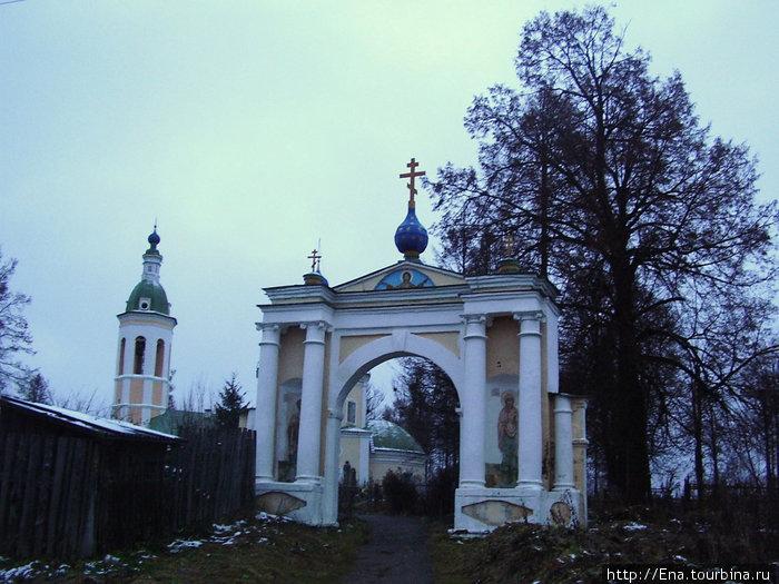 Ворота в Пятницкий храм