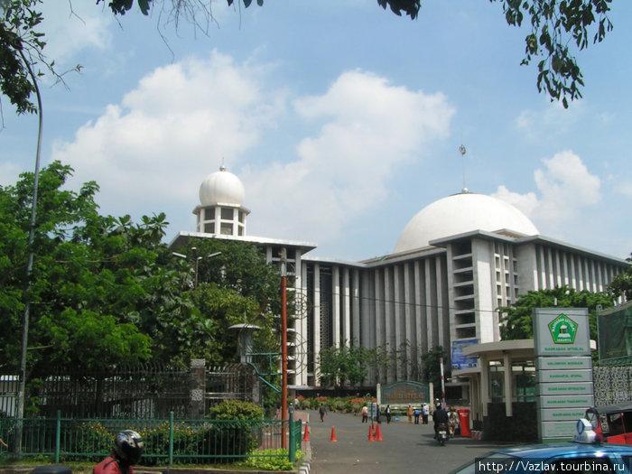 Мечеть с бокового ракурса