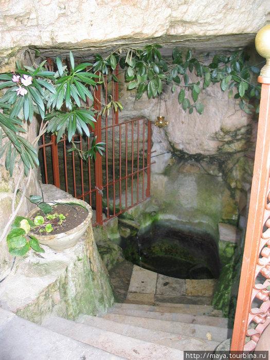 Подле пещеры источник