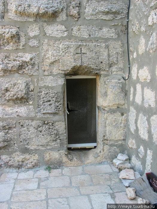 Невероятно маленькая дверца ведет в часовню где, по преданию, находится место погребения матери Крестителя