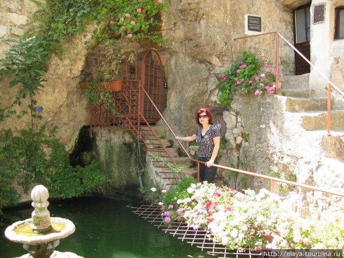Прямо под монастырской церковью находится пещера святого Иоанна