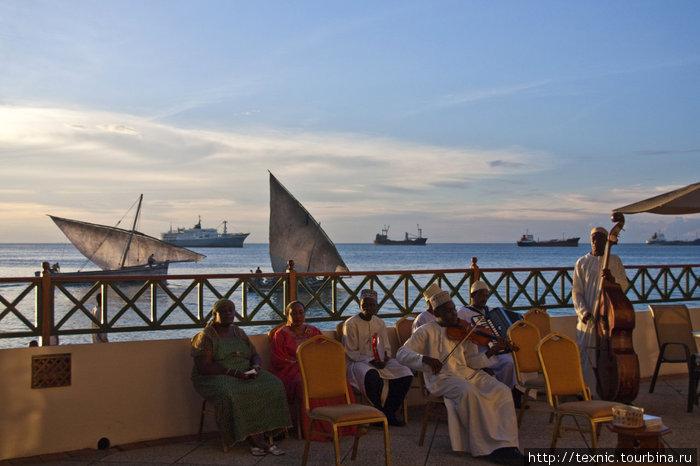 Zanzibar Serena Inn, музыканты играют к ужину