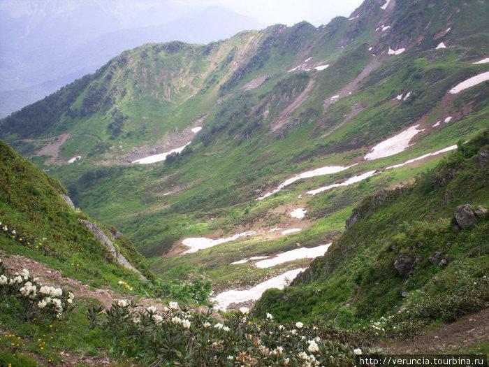 Высоко в горах даже в июльскую жару можно увидеть снег.