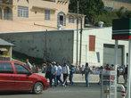 Забастовка местных учителей — строго с 10 до 17 (с перерывом на обед) — перекрывают движение по платной дороге
