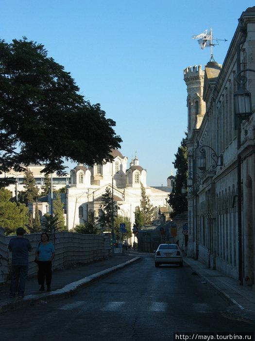 в конце квартала сияет белизной в солнечном свете Троицкий собор