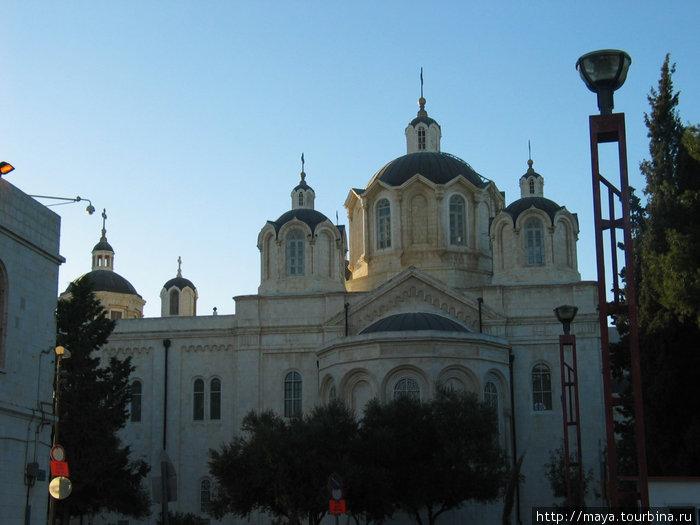 . В качестве образца Троицкой церкви Эппингер использовал здание Успенского собора в московском Кремле