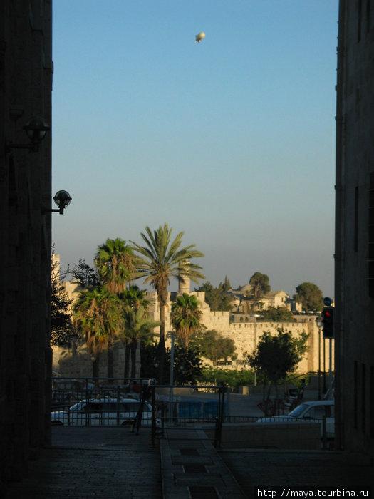 Уже видны стены старого города