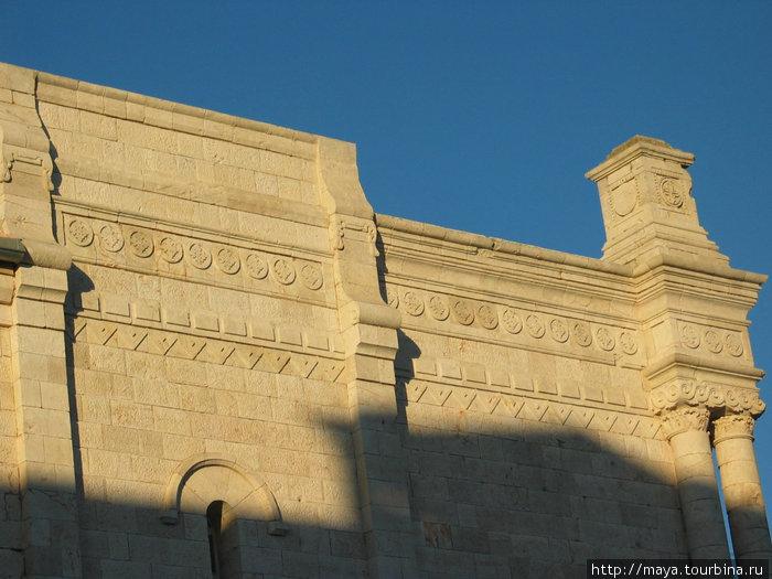французский культурный центрне отличается от окружающих зданий (фрагмент здания)