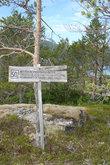 Мемориальная табличка сообщает, что здесь было проволочное ограждение лагеря