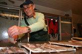 Филе с любовью раскладывают на решетке для заморозки, потом упаковывают в изотермические контейнеры и везут на родину