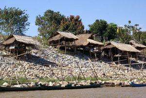 Деревня на берегу Меконга — на тайской стороне