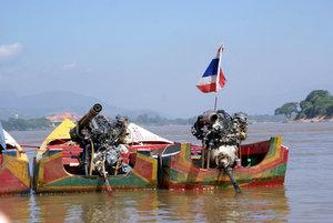 Моторные лодкп на тайской стороне