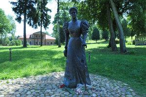 Мари́я Кла́вдиевна Те́нишева (1858—1928) — русская дворянка (княгиня), общественный деятель, художник-эмальер, педагог, меценат и коллекционер. Памятник установлен в 2008 г.