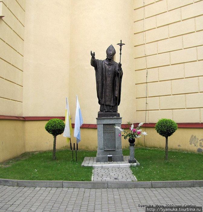В одном из внешних углублений  стены установлен памятник папе римскому Иоанну Павлу II.