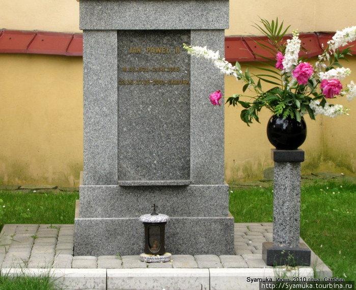 Нижняя часть памятника. Надпись на польском языке. Самбор, Украина