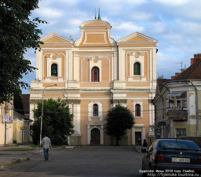 Костёл бернардинцев (затем иезуитов) является частью целого монастырского комплекса, основание которого относится к 1698 году. Самбор, Украина