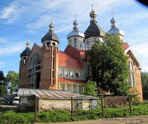 Новый храм виден со многих точек города. А находится он недалеко от ЖД станции.