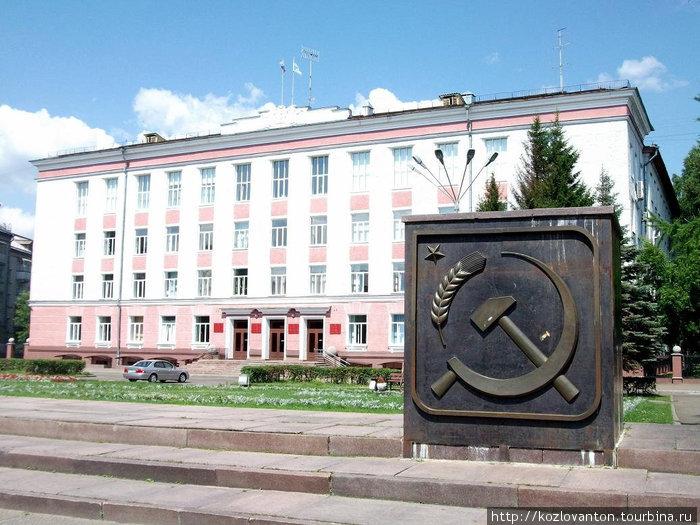 Здание городской администрации. Вот он — молот, вот он -серп, это наш Советский герб... Северск, Россия
