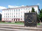 Здание городской администрации. Вот он — молот, вот он -серп, это наш Советский герб...