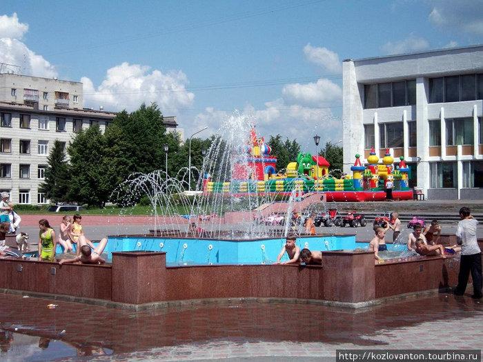 Фонтан у музыкального театра спасает в летний зной. Северск, Россия