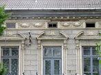 Бывшие купеческие дома стали жилым фондом города.