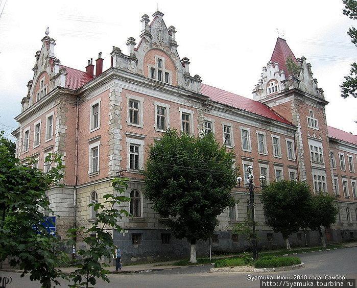 Одно из сооружений — грандиозное, красивое, монументальное, похожее на замок. Это сооружение является частью монастыря Бригидок, построенного в XVII веке. Самбор, Украина