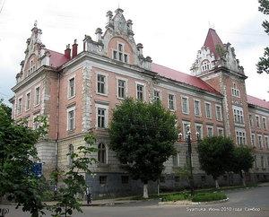 Одно из сооружений — грандиозное, красивое, монументальное, похожее на замок. Это сооружение является частью монастыря Бригидок, построенного в XVII веке.