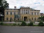 В годы Советской власти тут размещался Дом пионеров, а сейчас — Дом творчества.