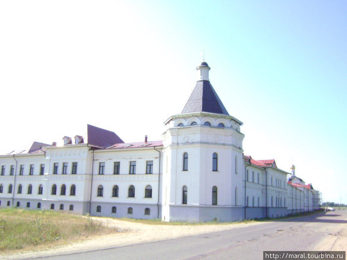 Таким впервые видят Троице-Сергиев Варницкий монастырь паломники и туристы, прибывая к обители на автотранспорте и пешком