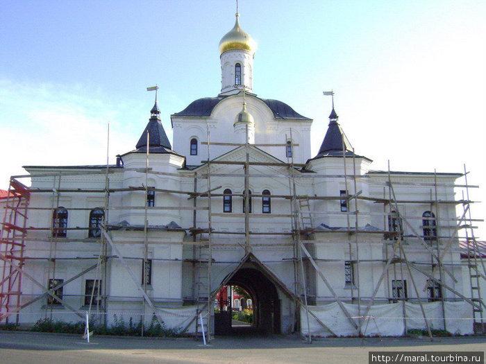 Церковь во имя преподобных Кирилла и Марии Радонежских с северными вратами. Построена в 2003 — 2006 гг.