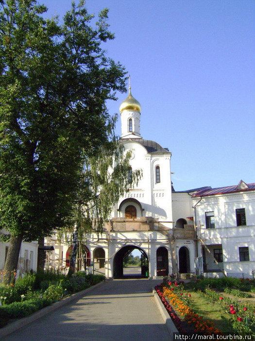 Надвратная церковь во имя преподобных Кирилла и Марии Радонежских. Вид с монастырского двора